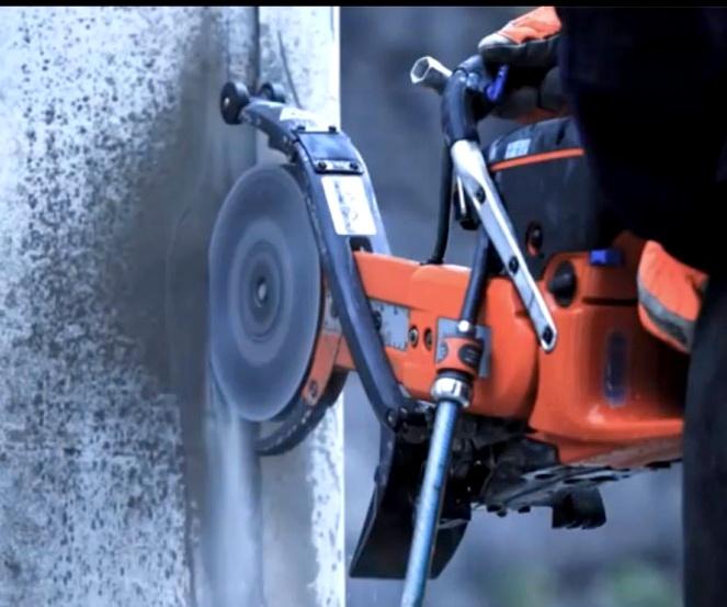 Vizes technológiánknak, és nagy teljesítményű elszívógépeinknek köszönhetően, minimális a szennyeződés a munka során.