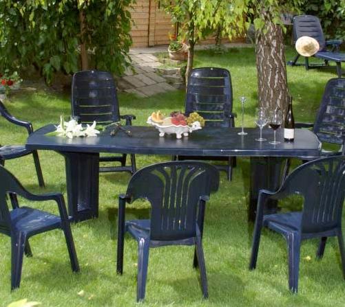 Megtetszettek a Flair kerti bútorok, ráadásul egy leárazás keretében komplett kerti étkező bútorgarnitúrát sikerült találni. A szett tartalmazott 1 db műanyag asztalt és hozzá hat darab széket. Ugyan négyen vagyunk, de kerti partiknál jól fog jönni a plusz két szék is.